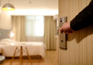 Otevřené dveře do hotelového pokoje